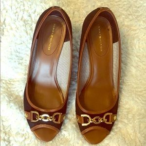 CUTE Tommy Hilfiger peeptoe w/ gold buckle sz 9.5.